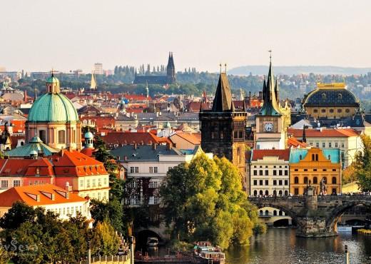 Летний пейзаж старой архитектуры города с реки Влтава и Карлов мост в Праге - megatour.cz