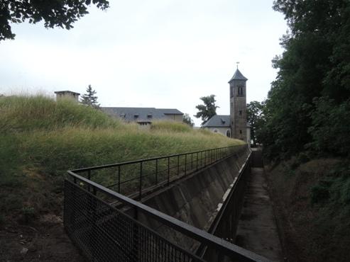 замок снабжен рядом дополнительных рвов и укреплений - megatour.cz