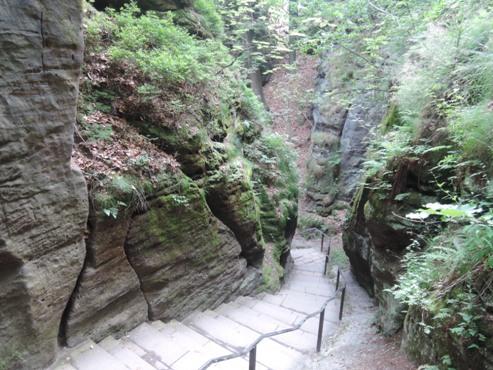 можно прогуляться по скалам вниз  по дорожкам, автобус приезжает к вершине горы - megatour.cz