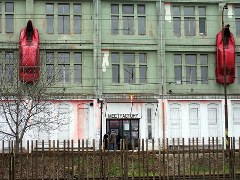 Скульптуры красных автомобилей -megatour.cz