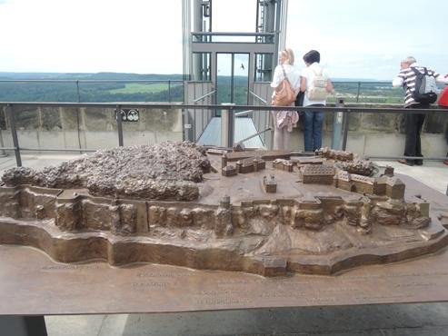 Макет замка возле выхода из лифта - megatour.cz