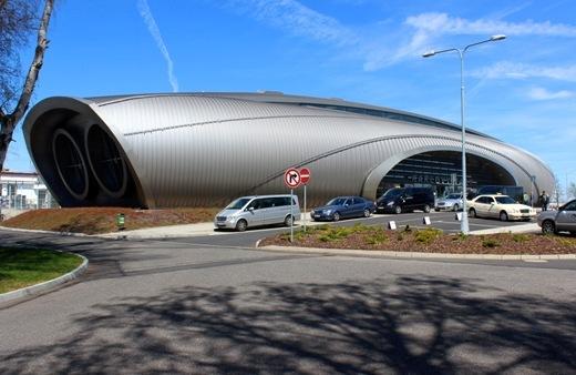 аеропорт имеет необычайный дизайн в стиле хай-тек - megatour.cz