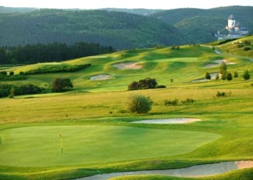 Площадка для гольфа возле Карлштейна - megatour.cz